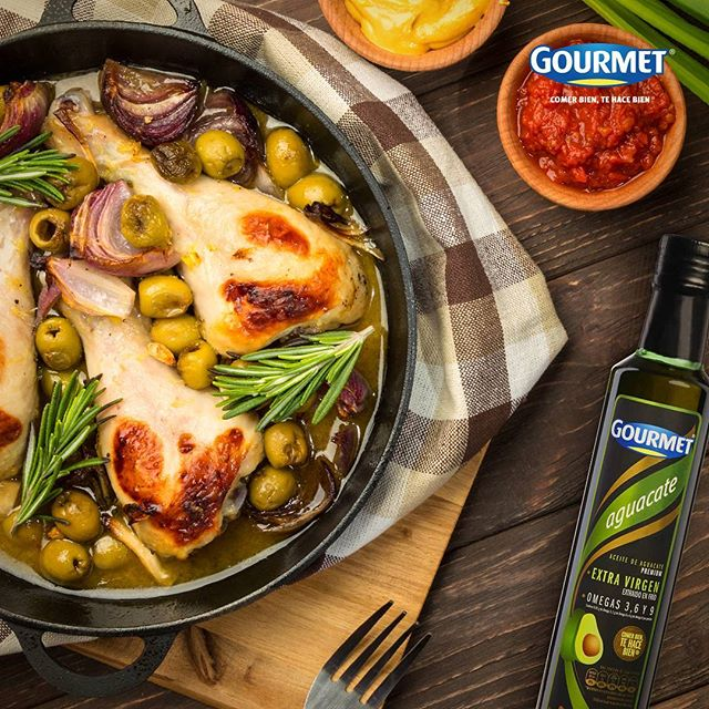 Aprende a marinar tus comidas:  Cuando compres el pollo, ponlo inmediatamente en una bolsa plástica marinándolo con hierbas aromáticas, Aceite de Aguacate Gourmet® y limón. Cuando pongas la pechuga en el sartén, notarás la diferencia. ¡Te encantará su sabor! #GourmetMeLoDijo #ComerBienTeHaceBien . . . . #Food #tips #Aceite #AceiteDeAguacate #cook #sabor #comida #receta #Foodporn #gourmet #jueves #Colombia #chicken #pollo #pechuga #dinner #lunch.
