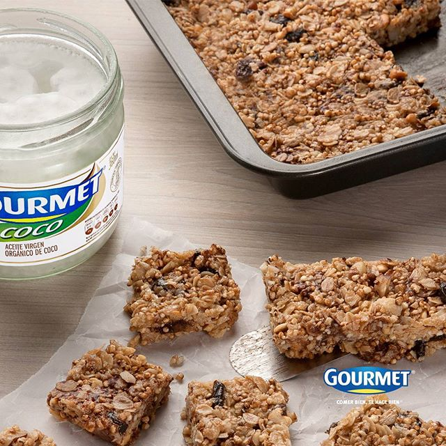 Muchas veces encontramos granolas llenas de ingredientes que no conocemos o con grandes cantidades de azúcar. Si quieres estar tranquilo de lo que consumes la mejor forma es prepararla en casa ¡Es muy sencillo!  En un bol:  1 taza de avena 1 cucharada de canela 1 cucharada de extracto de vainilla 2 cucharadas de Aceite de Coco Gourmet® derretido  2 cucharadas de maple o miel ¼ de libra de almedras 1 pizca de sal -Se mezcla todo Se pone en un envase para temperaturas calientes. -Lo metes al horno a una temperatura de 315F por 30 minutos hasta que esté dorado. -Se deja enfriar 15 minutos. -Se mezclan uvas pasas, fresas o pedacitos de chocolate. Guárdalo en un envase de vidrio y ¡Listo!  Disfruta de una rica avena casera.  #GourmetMeLoDijo #ComerBienTeHaceBien . . . . . #Granola #receta # tips #alimentación #Snak #healthy #AceitedeCoco #Gourmet #Colombia #food #cook #lifestyle #foodporn #comida #cocina #martes #picoftheday.