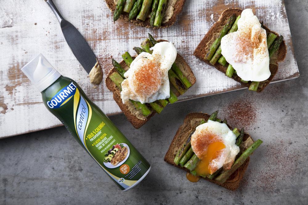 huevos-poche-esparragos-aceite-gourmet-tostadas