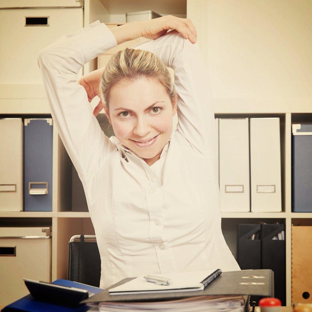 - 1. Con la espalda recta y los brazos arriba dobla el codo izquierdo de manera que la mano quede detrás de la cabeza, mientras que con la mano derecha empujas el codo hacia abajo, sostenlo durante 30 segundos y cambia de brazo.