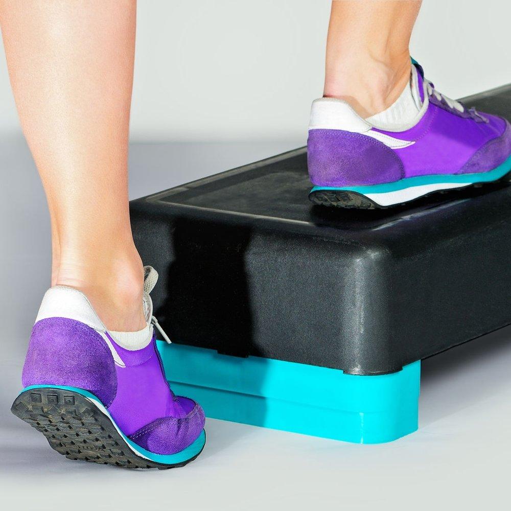 - 2.Sube y baja de un step, en caso de que no tengas uno prueba con un escalón o una silla pequeña.