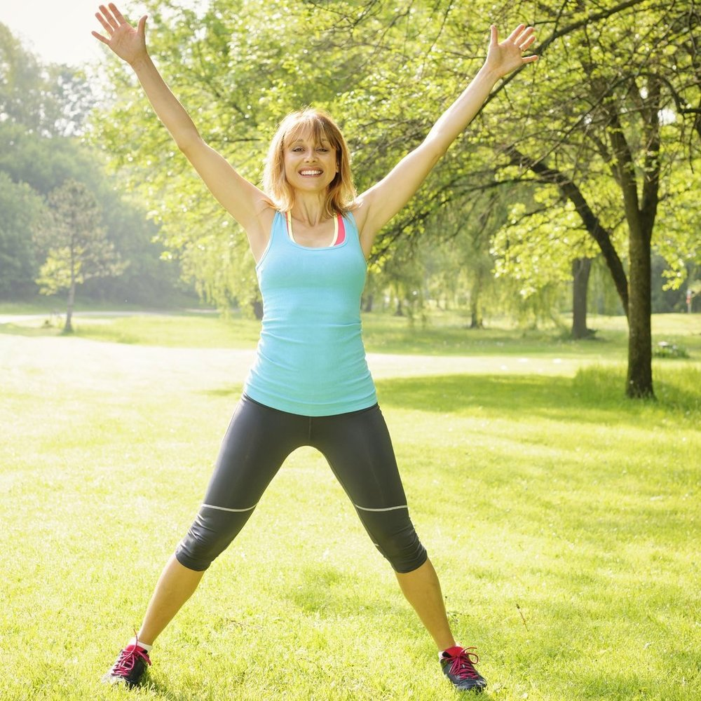 - 3.Realiza series de 40 segundos de jumping jacks (pon las manos al costado del cuerpo con las piernas cerradas, después abre las piernas y los brazos como indica la imagen y vuelve a la posición inicial).