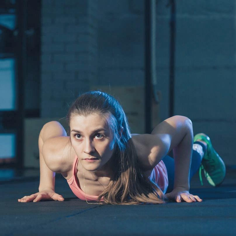 - 4.Para que ejercites el cuerpo completo realiza 4 series de 50 segundos de burpees (agáchate con las manos en el suelo y la cabeza derecha, estira las dos piernas juntas hacia atrás y haz una flexión de codo. Regresa a la posición inicial, levántate, da un salto con los brazos extendidos y repite).