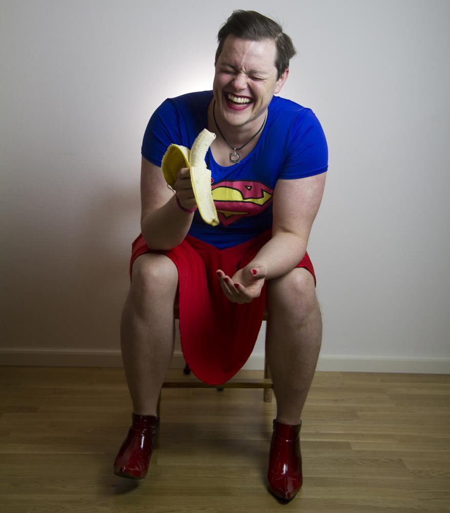 Gender Euphoria - Jamie MacDonald - Stand-upBillede af Mira EskelinenGender Euphoria er James Lorien MacDonalds andet solo stand-up show, hvor han udforerdrer alle de aspekter af køn han kan komme i tanke om. Det her er ikke de pik og patter jokes du er vant til og bare for at sætte det i perspektiv er han transkønnet, homoseksuel invandrer i Finland. Fra glæden ved fake-it-til-you-make-it maskulinitet til hvad du kan (og aldrig burde) gøre med en aftagelig penis kan du forvente en bunke af historier så langt ude at de simpelthen må være sande.