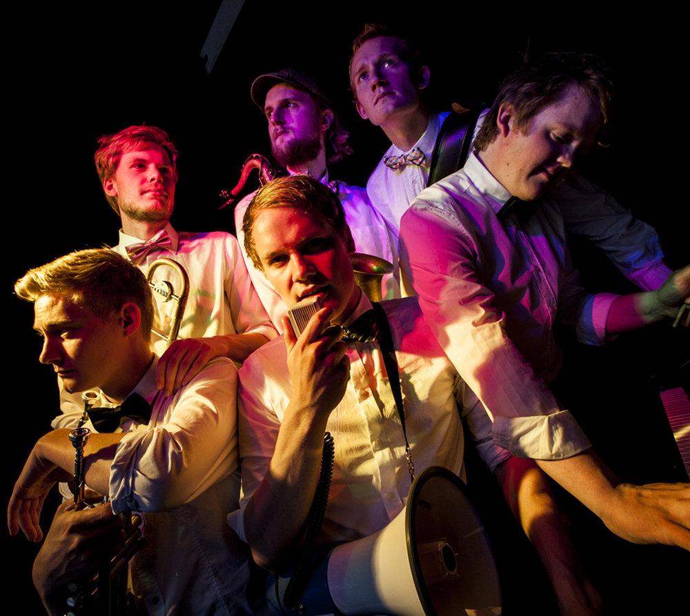 New Orleans Vibes - NOLA LOVE - KoncertEn af genrens bedst swingende rytmegrupper med en erfaren og velsmurt blæsersektion, der giver blæserarrangementerne den power i top og bund, som vi kender fra New Orleans' funky brassbands. NOLA LOVE bringer afholdstiden til live i Oops smugkrogen og minder os om det amerikanske og historiske f*ck up som prohibition tiden var