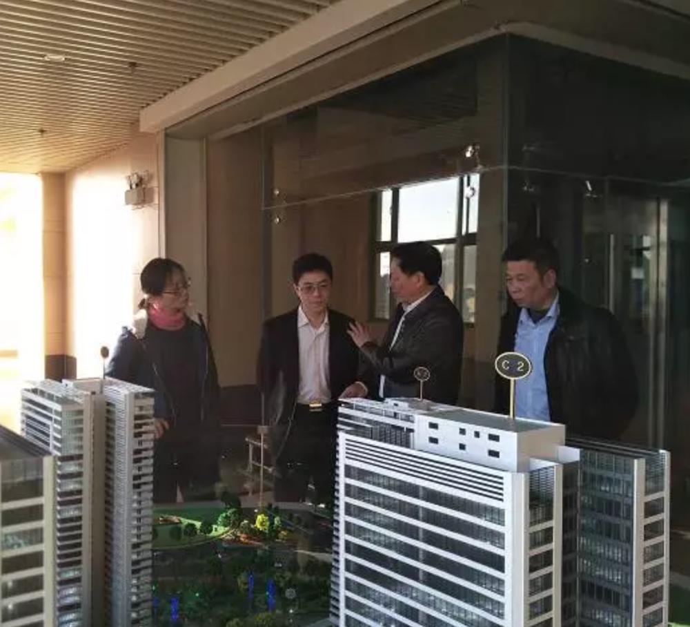 范群博士(右二)向广州市驻硅谷代表李文勇(左二)  介绍归谷科技园