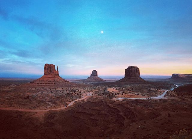 Between a rock and a rock #Arizona #Utah #ontheroad #monumentvalley #sunset