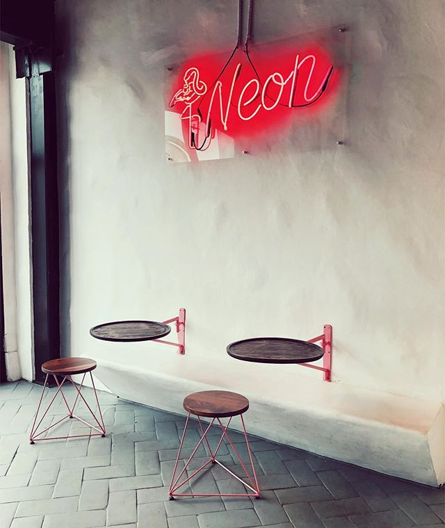Who has a soft spot for hipster cafes? 🙋‍♂️ #silverlake #sunsetblvd #neoncoffee #neon #neoncafe #cafes #hipster #neonsigns #interiordesign #cutecafes #design #f4f #ifollowback