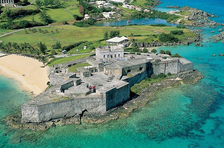 ST CATHERINE'S FORT   At the northern tip of St George's Island and magnificently overlooking the ocean is Bermuda's largest fortification edifice. Set in beautiful surroundings, the fort now houses a museum that informs visitors of the military history of the island and is handily located an easy stroll away from Tobacco Bay Beach.