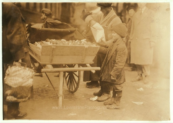 Vendiendo naranjas en el mercado de Boston, Massachusetts. Enero 27, 1917.