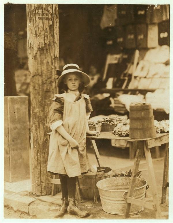 Vendiendo verduras a la sombra del Ayuntamiento, 515 King Street, Wilmington, Delaware, mayo, 1910.