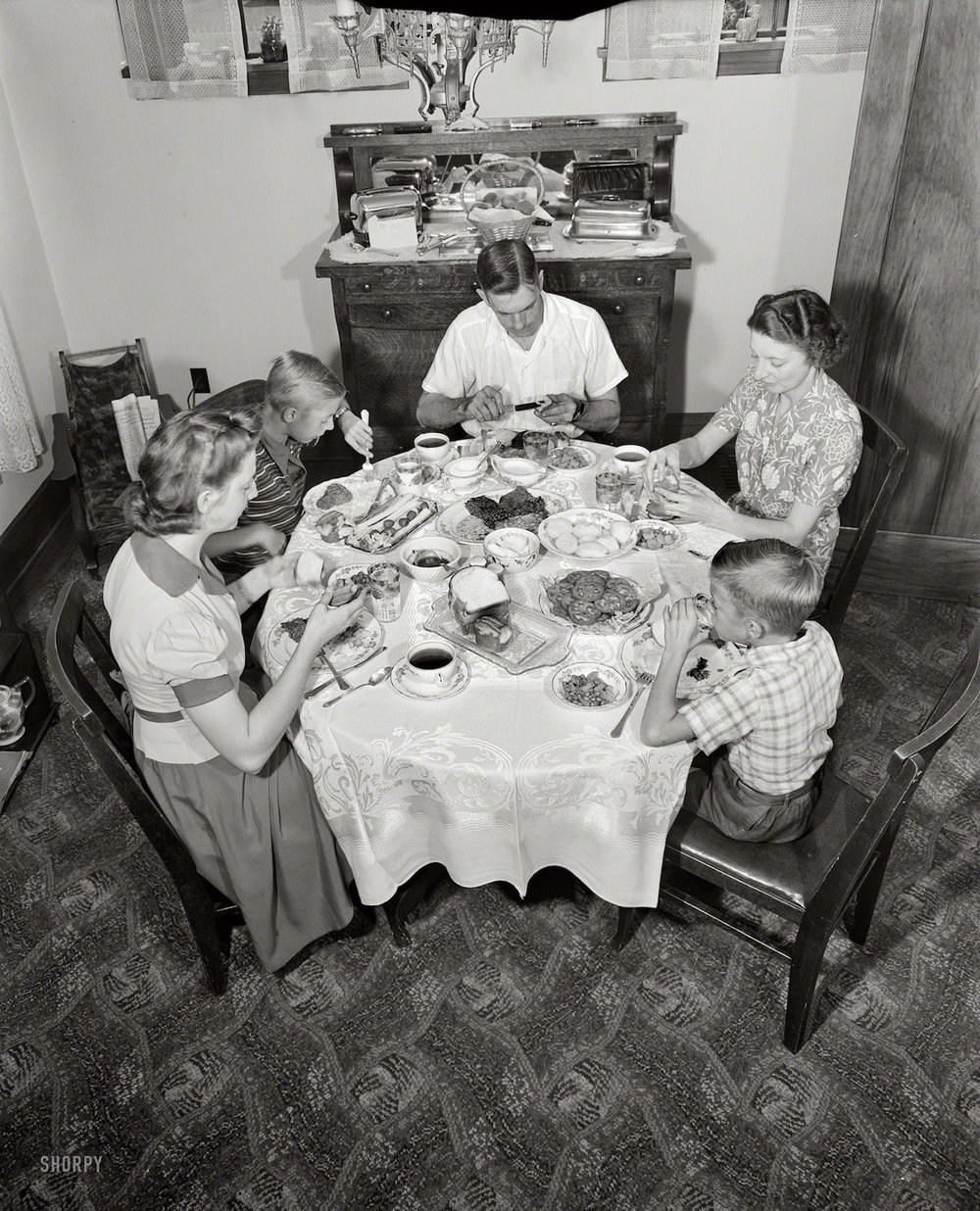 "Septiembre, 1942. Rochester, Nueva York. ""The Babcocks at the dinner table."" Ralph Amdursky, Office of War Information. Scan: Shorpy.com."