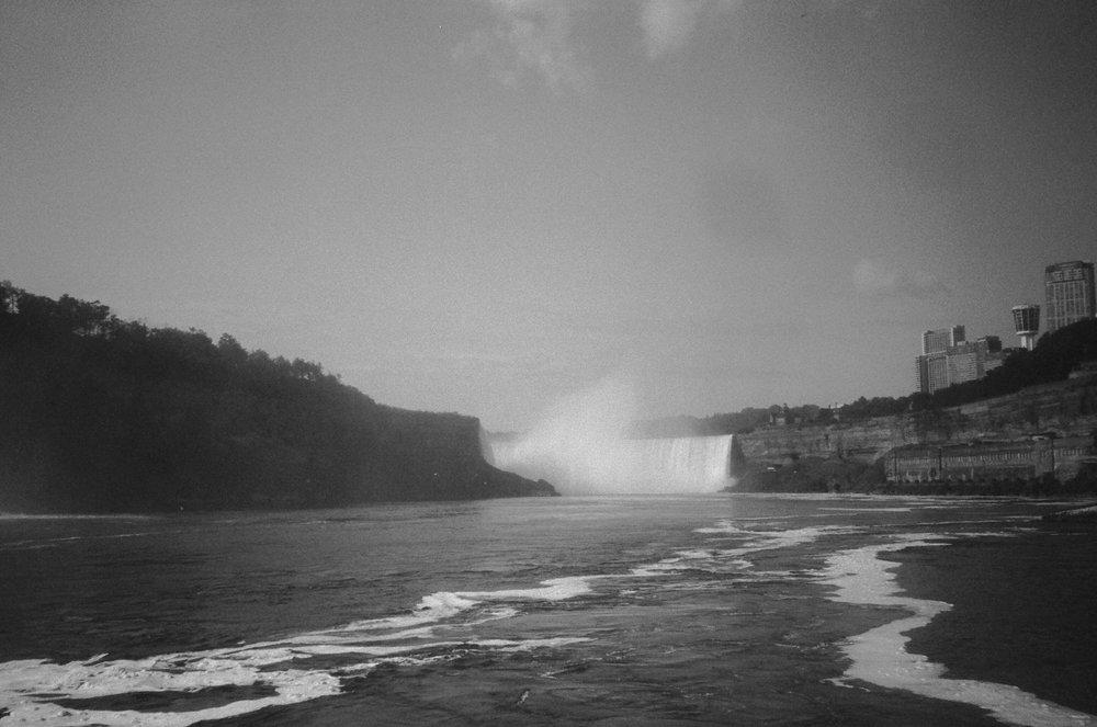wide angle photo of niagara falls