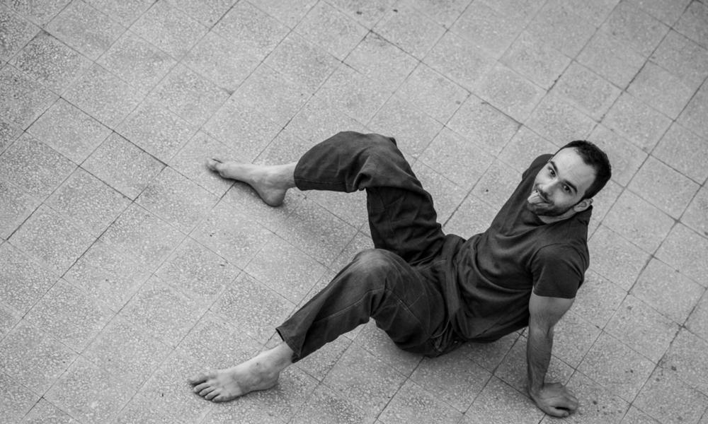 ManfrediPerego - Nasce a Parma nel 1981, pratica diversi sport ed arti marziali sino all'incontro con la danza contemporanea.Nel 2006 consegue la Laurea in Progettazione per lo Spettacolo presso L'Accademia di Belle arti di Bologna con una tesi sull'improvvisazione nella danza. Nel 2002 è borsista presso l'Accademia Isola Danza della Biennale di Venezia diretta da Carolyn Carlson. Dal 2003 ad oggi inizia a lavorare per diverse compagnie di danza e teatro-danza in Italia, Svizzera e Germania.