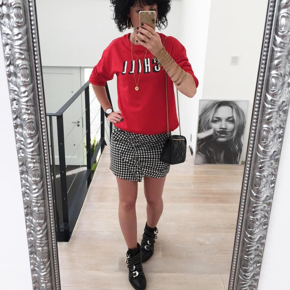 @autourdaudrey  sur Instagram, sweat + jupe + boots =♥