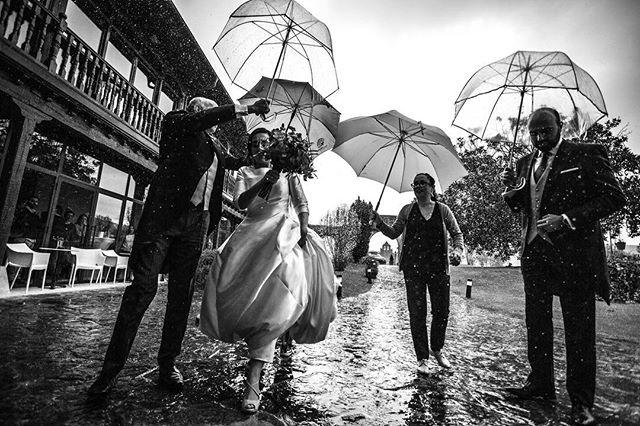 Hoy ha tocado boda bajo la lluvia ☔️ pero pese a todo ha sido una boda genial llena de momentos mágicos ! . . . . . . . . @restaurantepalaciomijares #bodas2018 #boda #bodas #wedding #weddingphotography #blackandwhite #lluvia #rain #blancoynegro #canon #eos5d #cantabria #cantabriainfinita