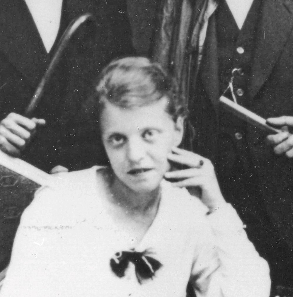Luise Straus-Ernst (Ausschnitt aus Gruppenfoto mit Hans Hansen, Max Ernst, Richard Straus und Johannes Theodor Baargeld, Köln, um 1919 (Max Ernst Museum Brühl des LVR, Stiftung Max Erns