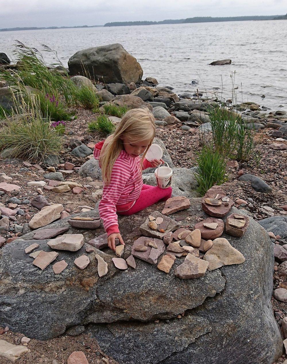 Lumi grounding with stones