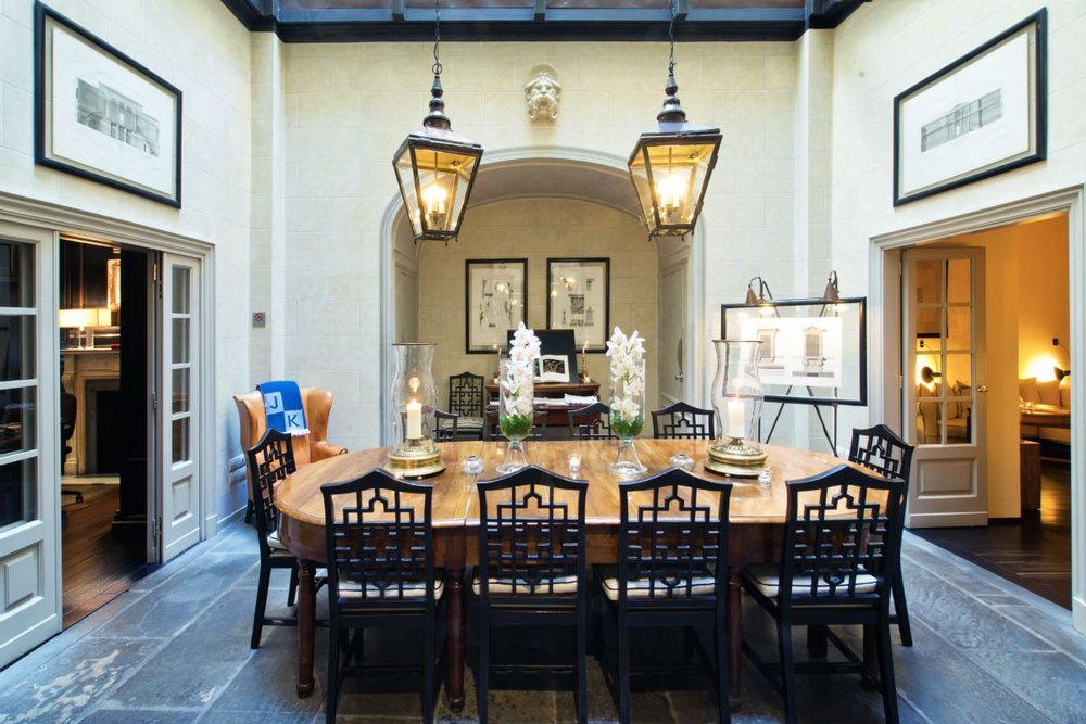 Dine in true Florentine style in the breakfast room.