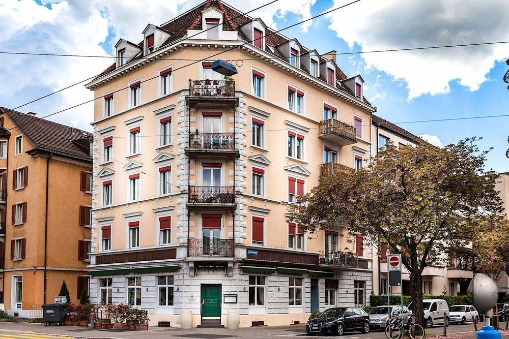 Zurlindenstrasse, Zürich - 10-Familienhaus mit Gastronomiebetrieb im EGAusgeführte Arbeiten:72 St.Fenster ersetzen im ganzen Haus (Kunststofffenster)1 St. Aluminium-Eingangstür zum Treppenhaus