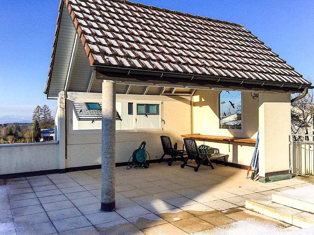 Gartenhaus - Ein schmuckloser, offener Geräteunterstand wurde hier durch den Einsatz der filigranen Schiebeelemente in ein hübsches Häuschen für vielerlei Nutzungsmöglichkeiten verwandelt