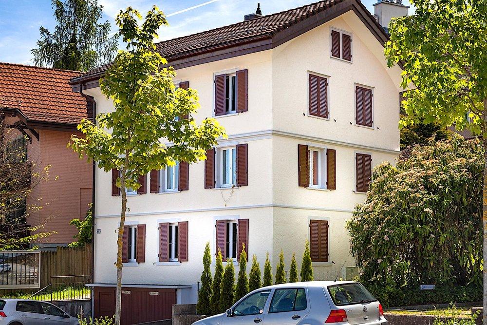 Birmensdorferstrasse Zürich - 3-FamilienhausAusgeführte Arbeiten:33 St. Fenster ersetzen im ganzen Haus (Kunststofffenster)Alle Fensterläden ersetzen (Aluminium-Fensterläden)