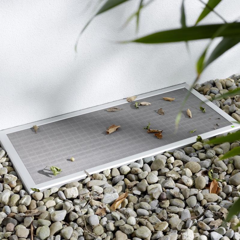 LISA - Mit einem sauberen Lichtschacht macht auch das Lüften Ihrer Keller- oder Hobbyräume wieder Freude. Die Lichtschachtabdeckung LiSA von Neher deckt alle Lichtschächte lückenlos ab, egal ob aus Kunststoff oder Beton, rechtwinklig oder schräg, mit direktem Fassadenanschluss oder Fensterausschnitt.Höchste Stabilität durch Aluminiumprofile und formstabiles EdelstahlgewebeBefahrbar mit optionalem StreckmetallgewebeStolperfreie Konstruktion durch flache Profile mit umlaufender Bürstendichtung zum Boden- und WandbereichNach außen abgeschrägte Profilierung mit Anschlussaufnahme für senkrechten ZusatzrahmenDauerhafte und flexible Verbindung zum Gitterrost durch EdelstahlverschraubungErhältlich in den Standardfarben silbergrau eloxiert oder dunkelgrau mit Glimmereffekt. Auch andere Farben möglich. Fragen Sie uns.