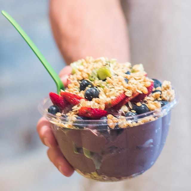 You can't miss out on our famous PB GRIND BOWL!  For this one we thought about cutting the natural sweetness for our fitness greeng fans 💪🏻💚. No honey, no agave, no maple & no stevia. Second plus is our smallest acai bowl and its topped only with berries and kiwi (#moreantioxidants) 😉.