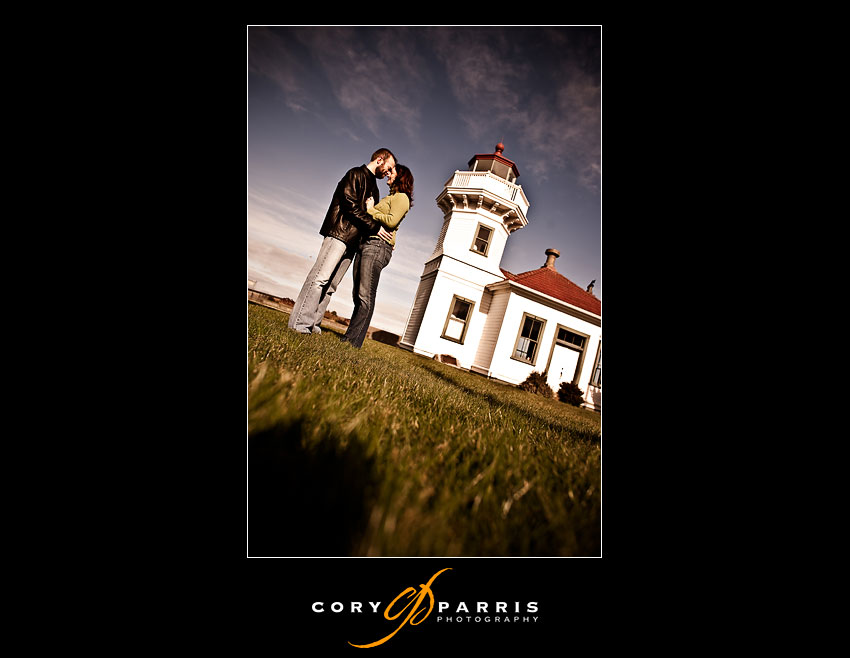 couple in front of the Mukilteo Lighthouse