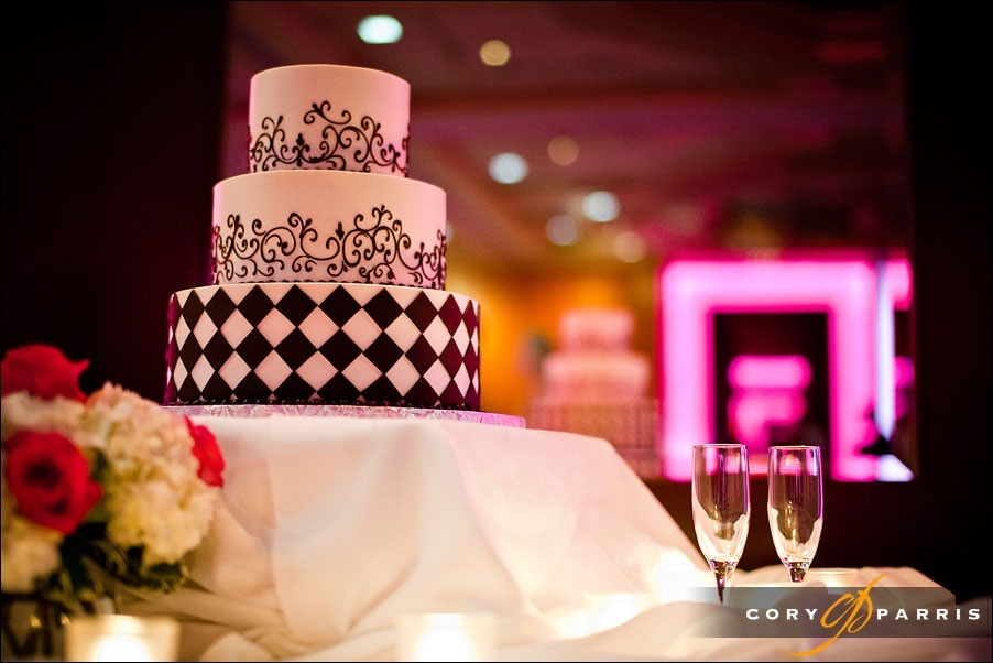 wedding cake and lights by seattle wedding photographer cory parris