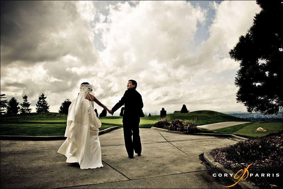 bride and groom walking at the newcastle golf club by seattle wedding photographer cory parris