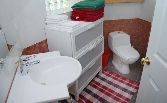bathroom down2.jpg
