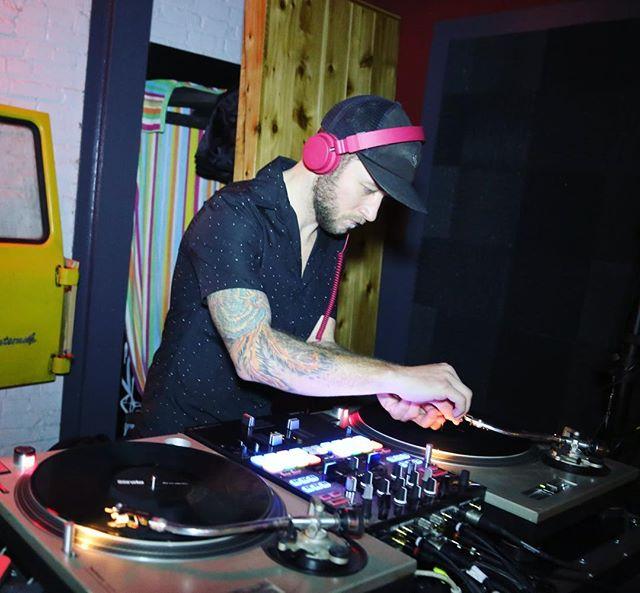 You gotta get...that...dirt off'yer needle.. • DJing tonight @thehofgarden taproom. I'll be playing the choicest jams all night. 📸 - @lomaphotography • • • #rva #rvadance #scottsaddition #scottsadditionrva #rvamusicscene #electronicmusic #richmondmagazine #rvamag #rvamagazine #vcu #vcuarts #vcubasketball #friday #dancerva #thebrandrva #hofgarden #rvanights #rvadjs #ninkend0