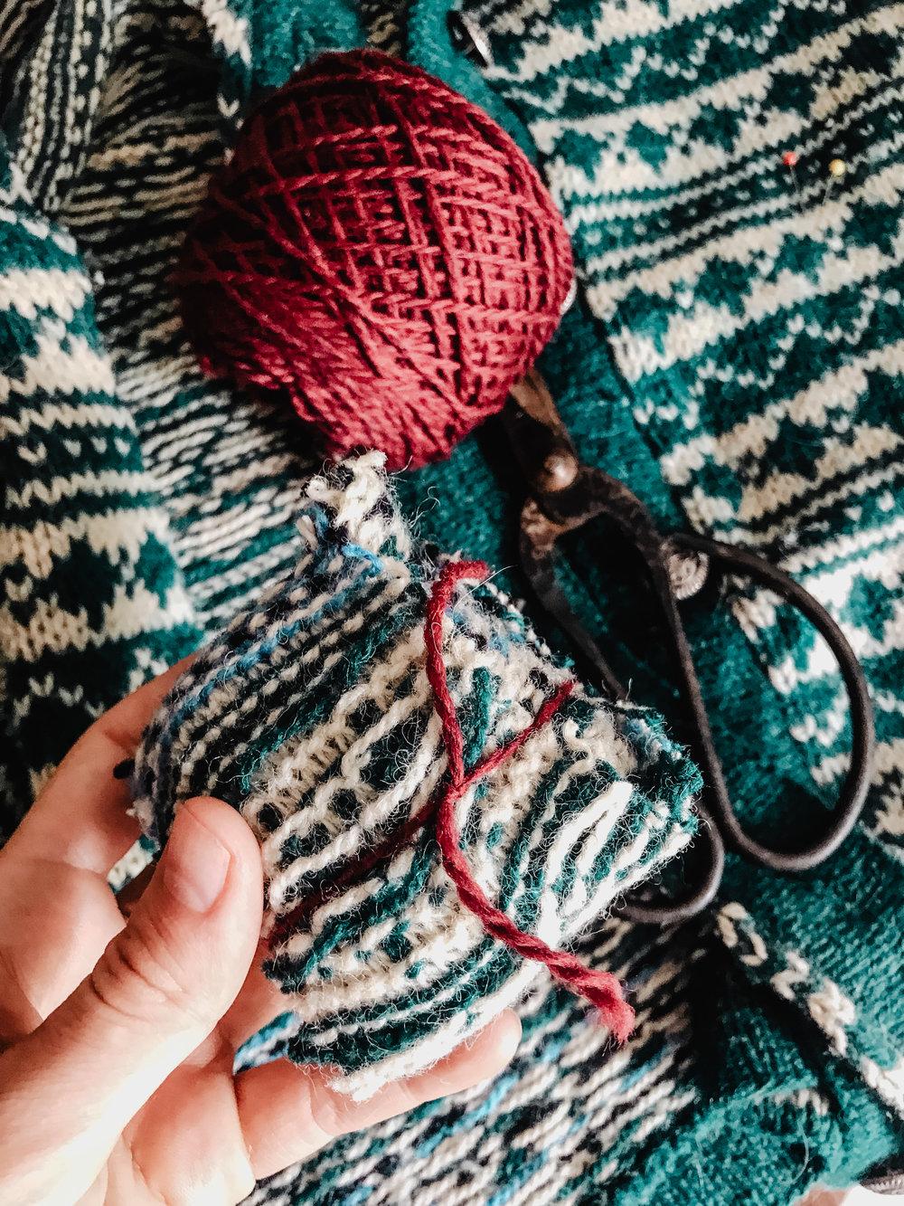 3. Bind the wool ball with the wool yarn.
