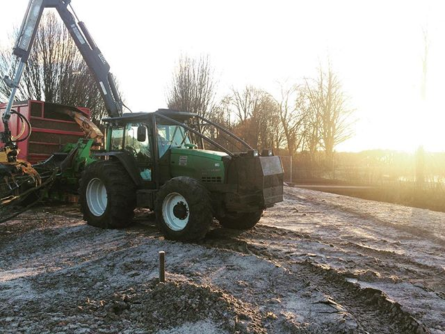 Bomen verwijderen voor de nieuwe weg in Hengelo, er worden natuurlijk ook weer nieuwe geplant 😉 #bosbouw #boomverzorging #hengelo #forestry #valtra #forstwirtschaft #baumpflege