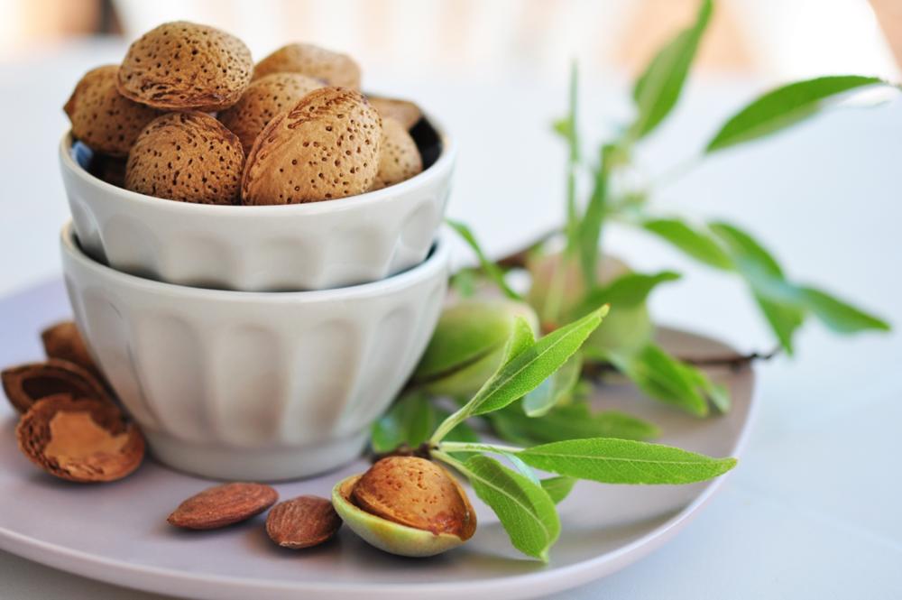Pähkinät, mantelit ja siemenet ovat erinomaisia magnesiumin lähteitä. Manteleissa on 268 milligrammaa magnesiumia 100 grammassa.