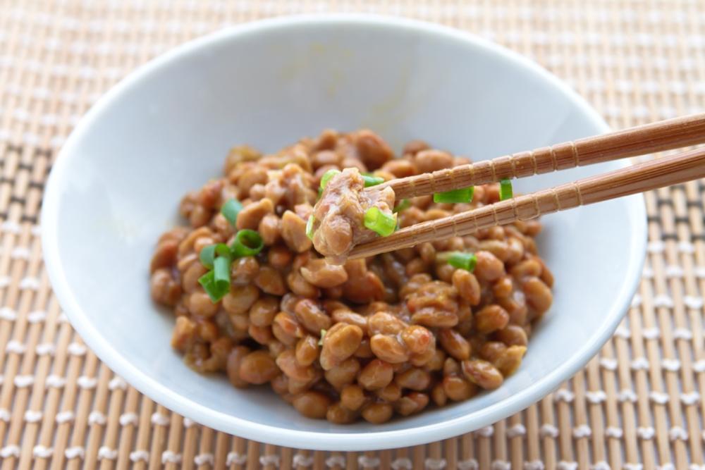 Natto, japanilainen soijapapuruoka, on ylivoimainen K2-vitamiinin luonnollinen lähde.
