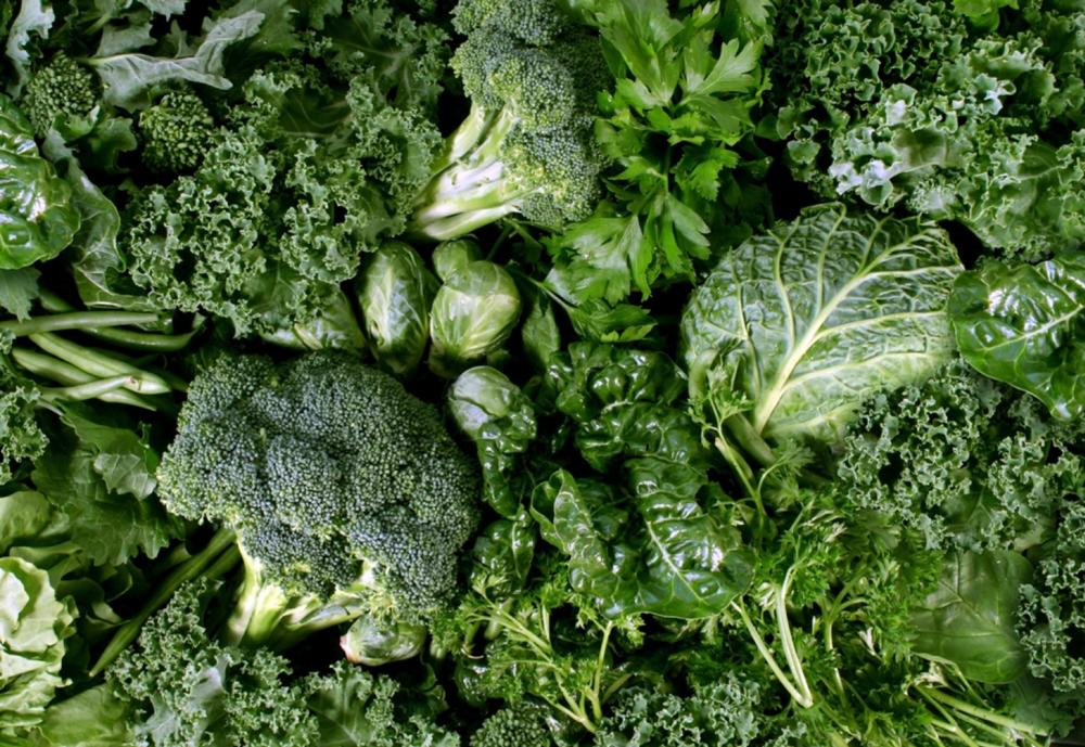 Voimakkaan vihreissä vihanneksissa on paljon luustoa vahvistavaa K1-vitamiinia.