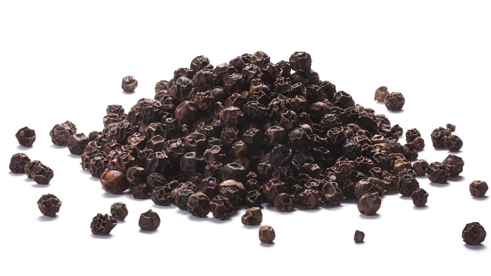 Mustapippuri sisältää piperiiniä, joka saa aikaan pippurin pistävän maun.