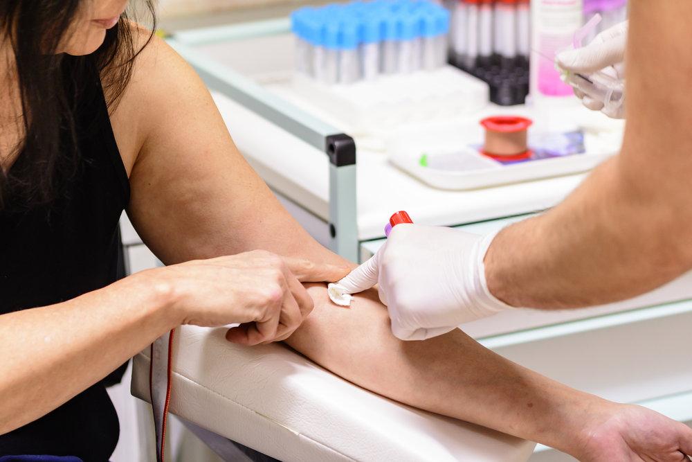 Kymmenien milligrammojen biotiiniannosten käytöstä kannattaa pitää taukoa ennen verikokeiden ottamista, koska suuret biotiiniannokset voivat johtaa vääristyneisiin verikoetuloksiin.