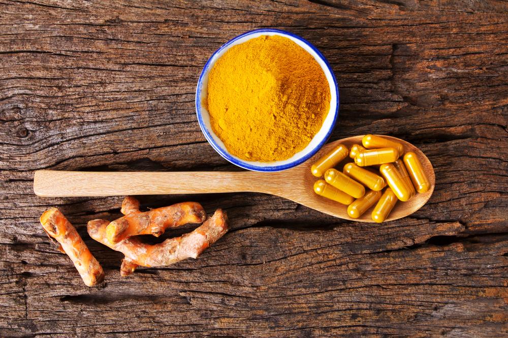 Imeytyvässä muodossa käytettynä kurkumiinin on todettu lievittävän kipua ja tulehdusta nivelreumasta kärsivillä potilailla, jotka käyttävät sitä vähintään 250 mg kahdesti päivässä.