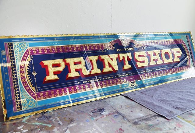 Throwback to this piece I made about 6-7 months ago. This remains still one of my favourite signs that I have made, scaling a full 60x15 inches. It was an absolute joy to create, with tons of gold leaf flying in the process. This was truly the piece, where once completed, I felt like there was something here I had managed to become good at, and from there on, I knew glass sign-making was to be one of my main drives in the year(s) ahead!  #tbt #glass #sign #signpainting #gold #goldleaf #letters #typography #ornament #detail #parsons #printmaking #parsonsschoolofdesign #printshop #art #craft #illustration #shadowtype #sign