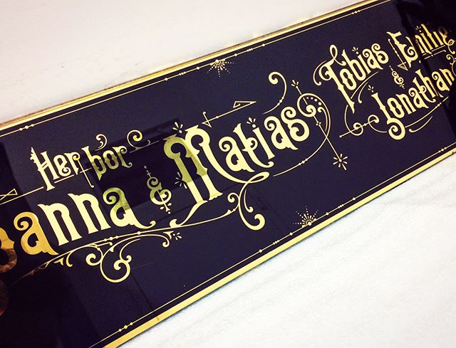 "Very happy to finally post this glass sign. I finished this sign earlier in December as a Christmas gift to my brother, his wife and their children -- its a name-plate sign saying ""Here Lives Joanna & Matias, Tobias, Emilie & Jonathan""  Very satisfying seeing the joy on their faces!! @jodoko @eminime07 #glass #glasssign #gold #goldleaf #24kgold #24k #sign #signpainting #nameplates #gilding #victorian #lettering #typography #handmade #craft #handcrafted #christmasgift #christmasgiftideas #ornament #ornaments #art #design #graphicdesign #bespoke #custommade"