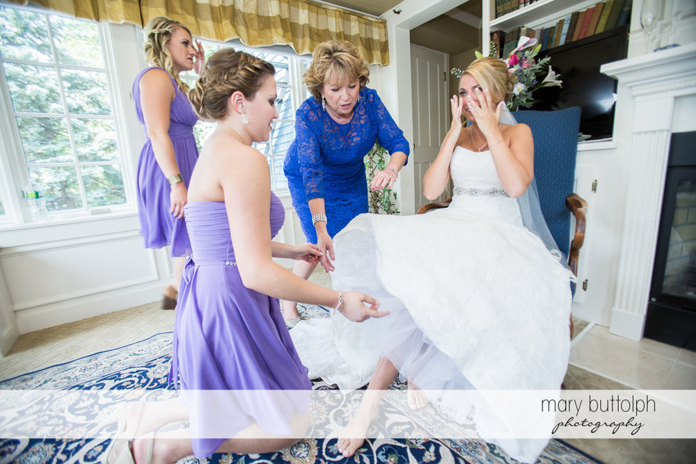 Bride prepares for the big day with the help of friends at the Sherwood Inn Wedding