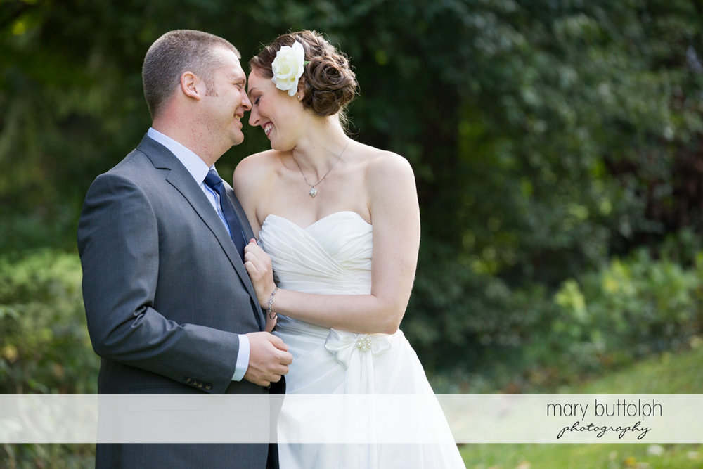 Couple get romantic in the garden at Anyela's Vineyards Wedding