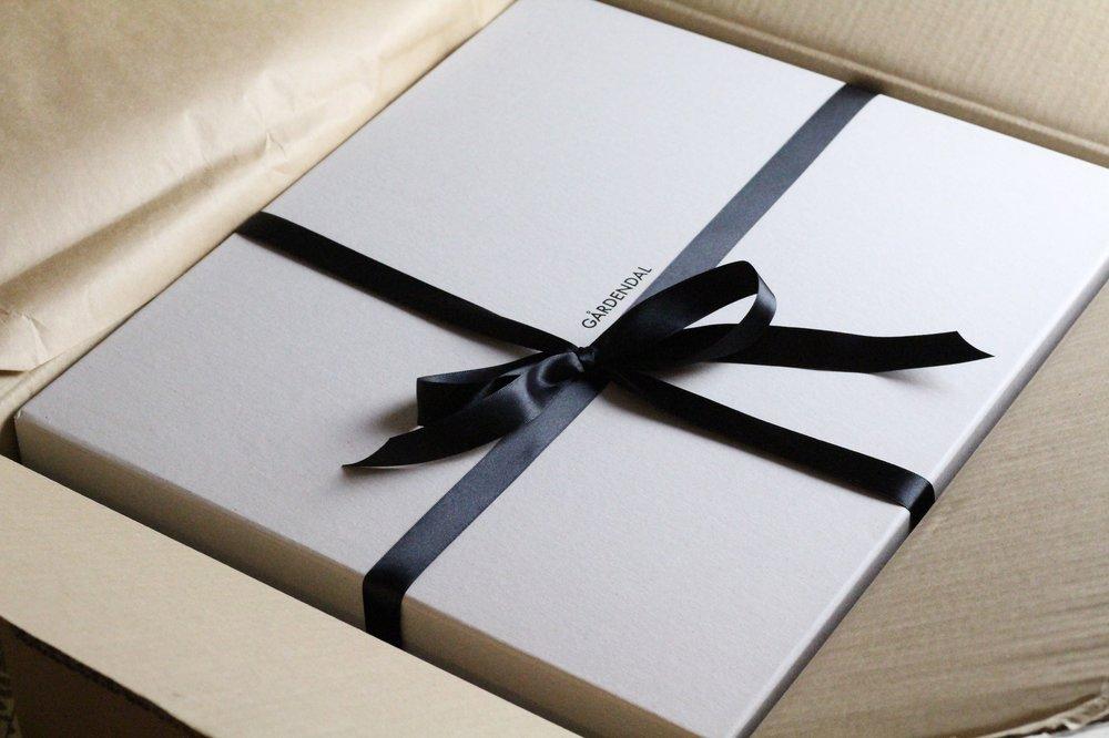 Till väskan medföljde en box (med sidenband, rosett och allt!), en tygväska för förvaring av väskan under perioder den inte används och en skyddskräm för läder från Tärnsjö garveri.
