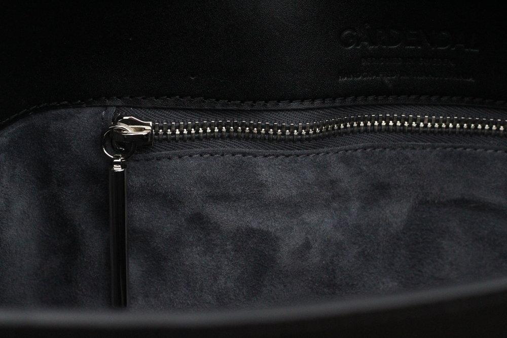 Mjuk mocka på insidan av väskan.