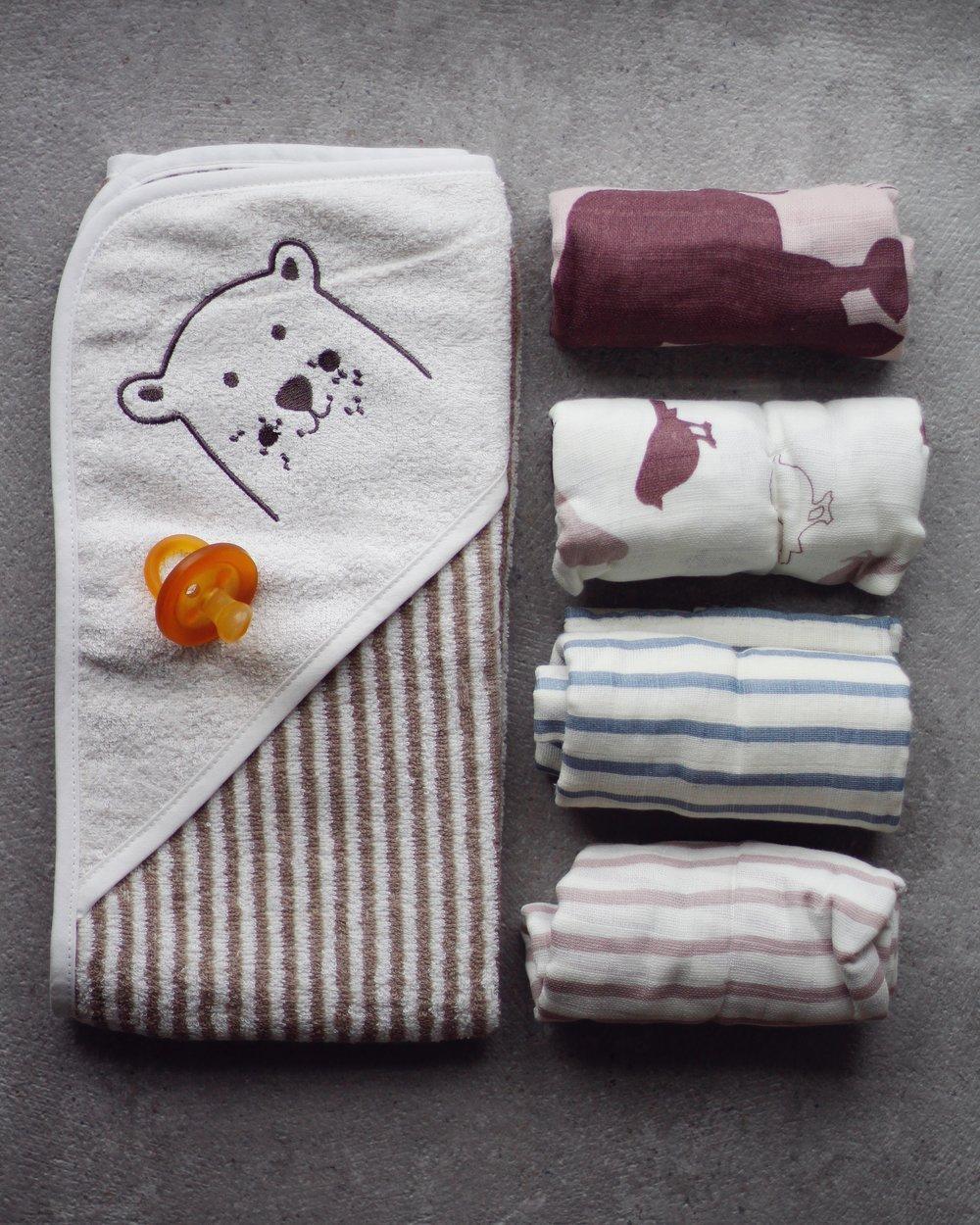 GOTS-märkt handduk med huva, 79.90. 75x75 cm. GOTS-märkta muslinfiltar i 3-pack, 99.90. 78x78 cm.