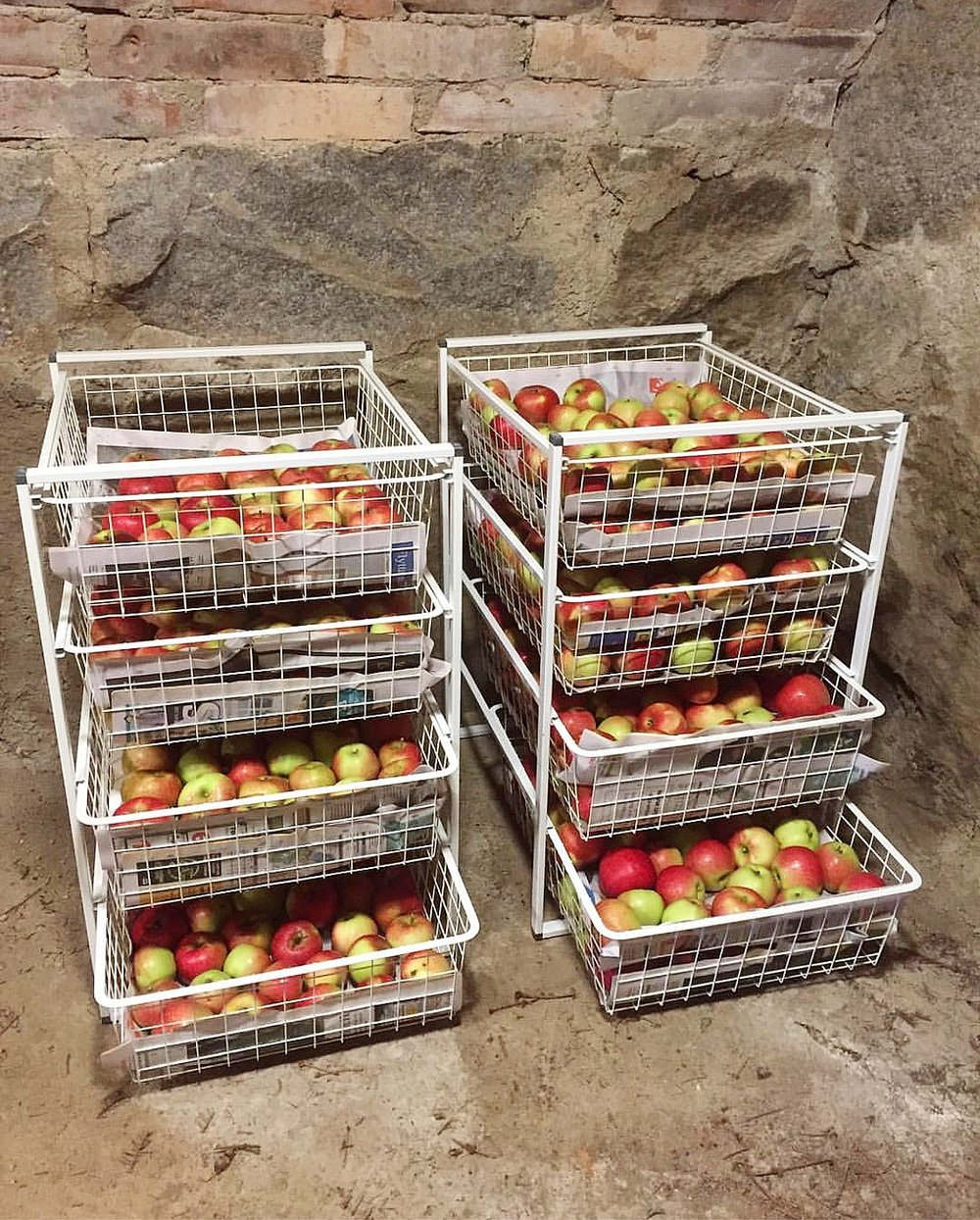Smart förvaring av äpplen i trådbackar. Av  @eberving
