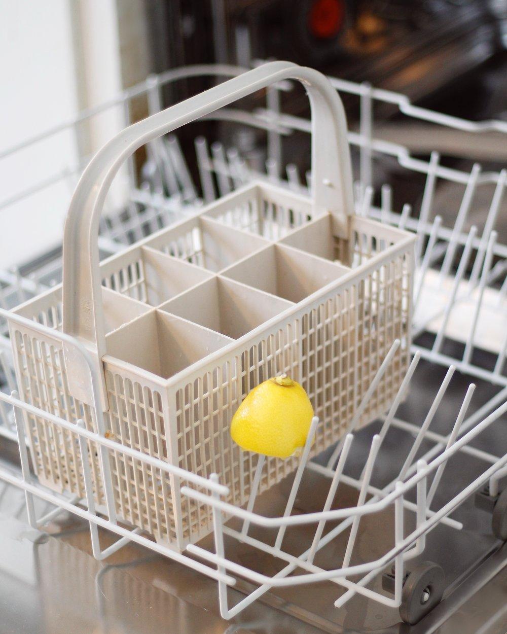 rengör diskmaskinen med citron